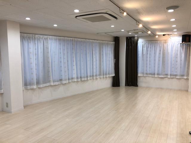 鏡の反対側には大きな窓があります - レンタルスタジオPiatto ダンスが出来るレンタルスタジオの室内の写真