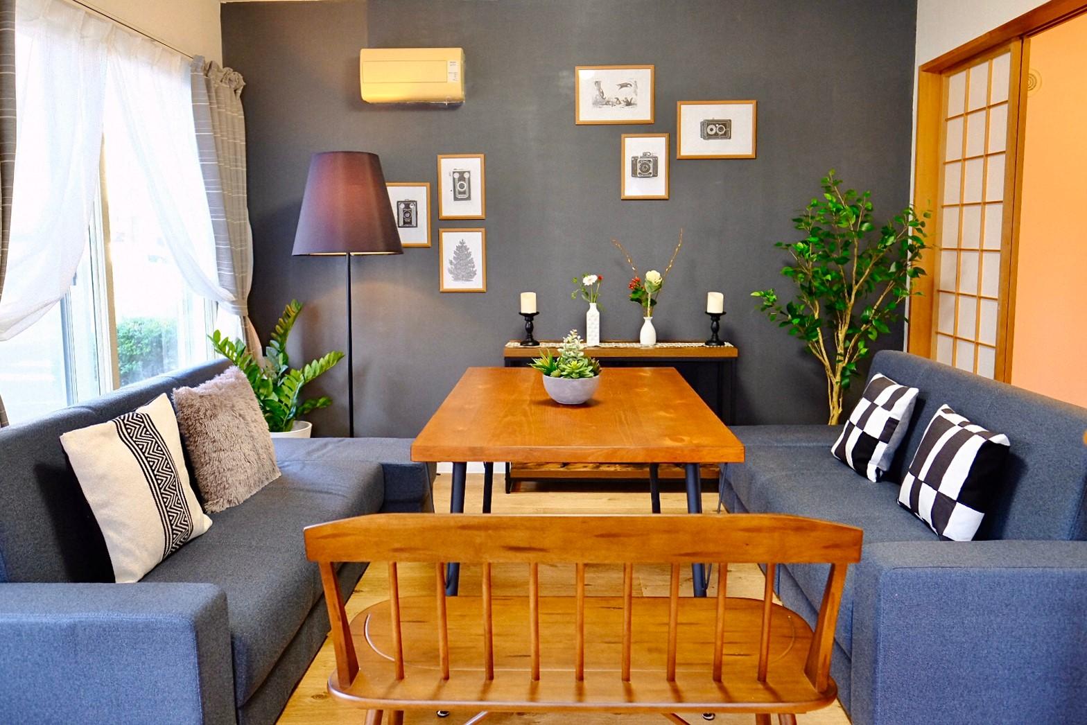 大きな机と快適に仕事ができるソファーがあります。机は少し高めなのでPC作業に最適 - レスト52 101 1Fサロンスペースの室内の写真