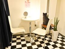 カウンセリングも最適なプライベート空間です。 - アップトーンキャリアン レンタルサロンの室内の写真