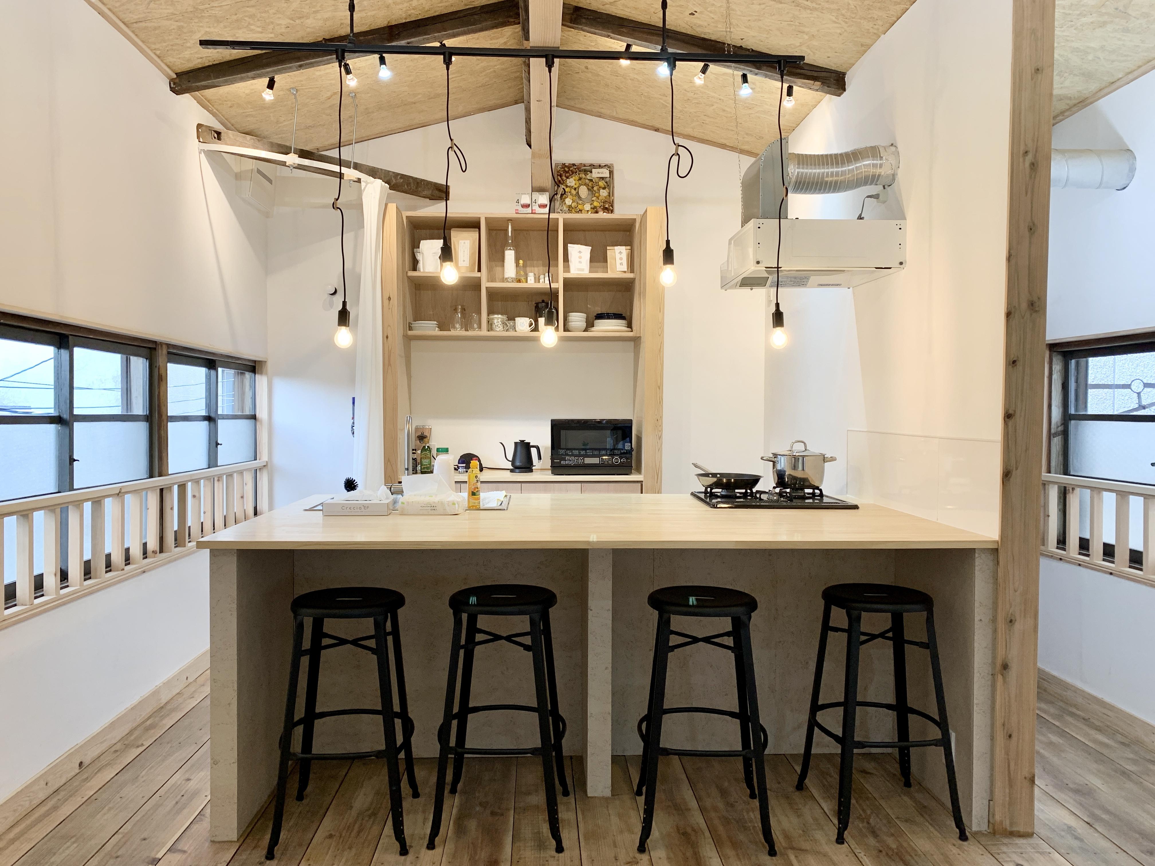 キッチンは4名が座れるカウンターキッチンになっています。 - キッチン&会議室 上町サンク 2階スペースの室内の写真