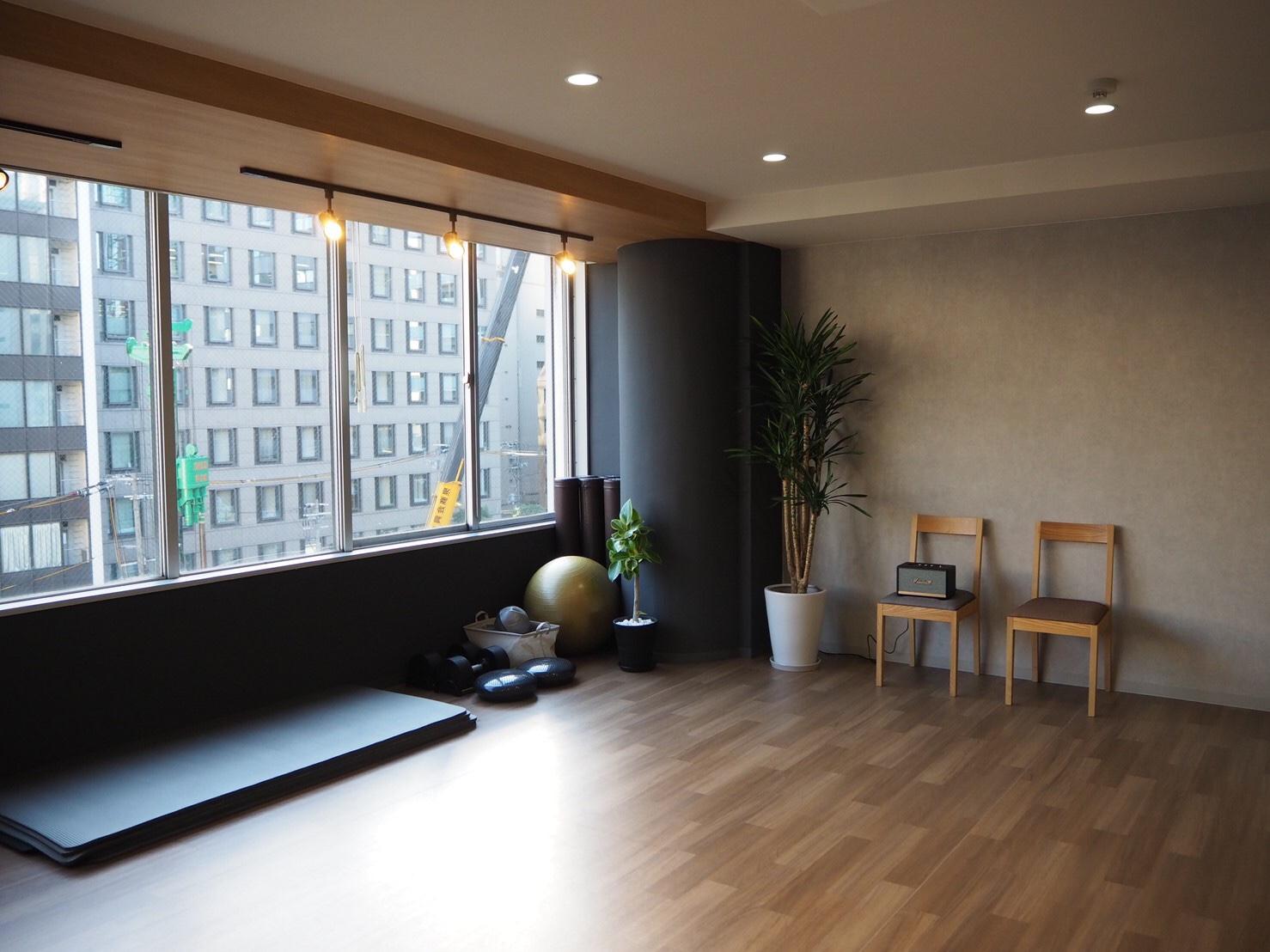 窓からもたっぷり日が入るので、明るい雰囲気です。 - トレーニングスタジオクラウン レンタルスタジオの室内の写真