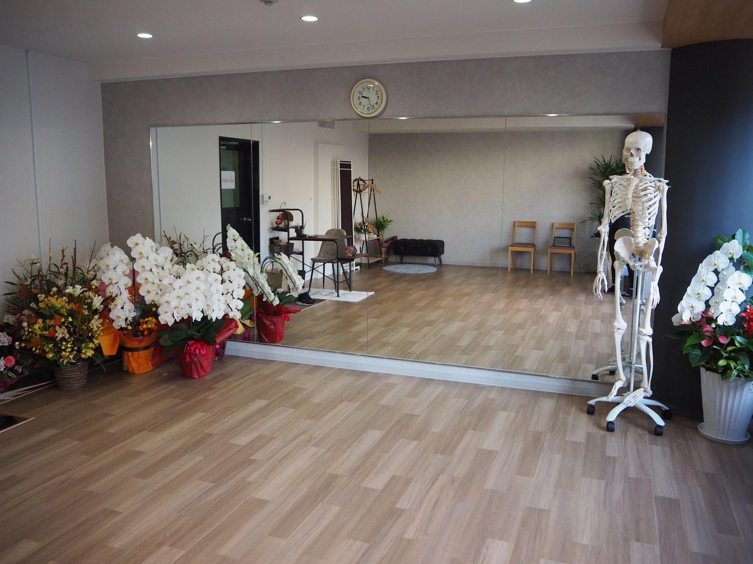 壁一面は鏡貼りで、動きやフォームもしっかりチェックできます。 - トレーニングスタジオクラウン レンタルスタジオの室内の写真