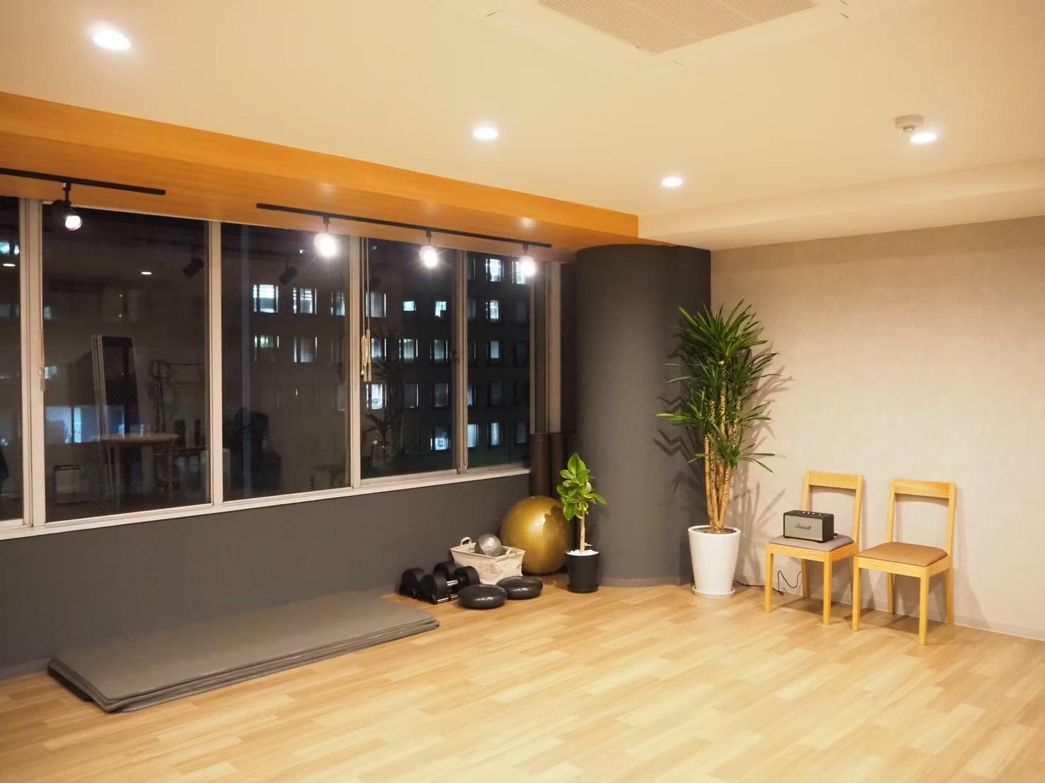 夜は、スポットライトを着けたり調光(オレンジ色)もできます。 - トレーニングスタジオクラウン レンタルスタジオの室内の写真