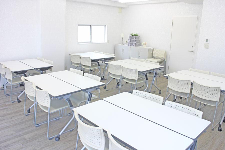 グループワークに人気の「島型配置」です。 着席24名様&講師様2名程度 - ソレイユ新宿 貸し会議室の室内の写真