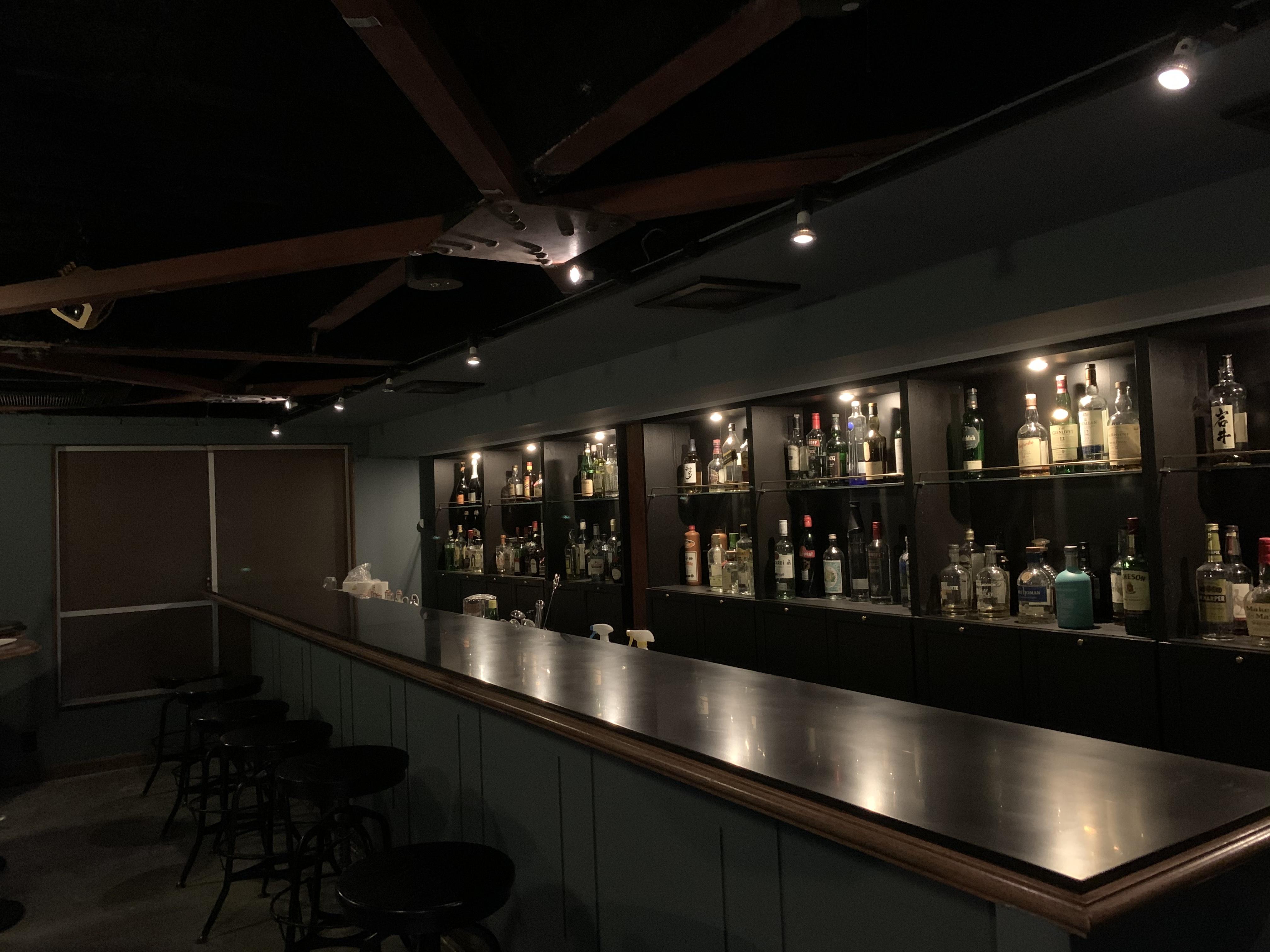 席数8のカウンター。照明は調光できるので、実際は写真よりももっと雰囲気あります。 - bar102 カウンターバースペースの室内の写真