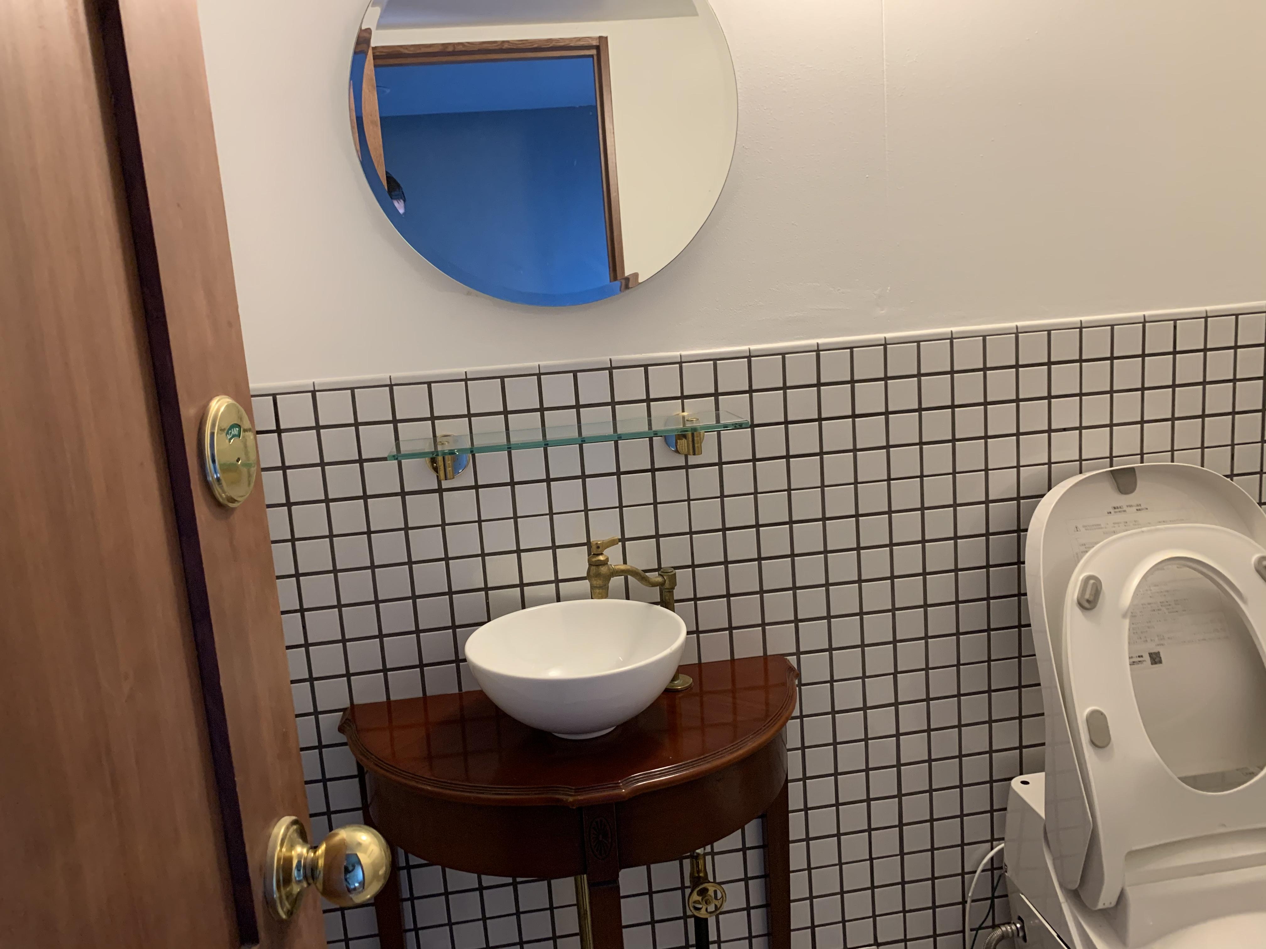 トイレも綺麗でお洒落 - bar102 カウンターバースペースの室内の写真