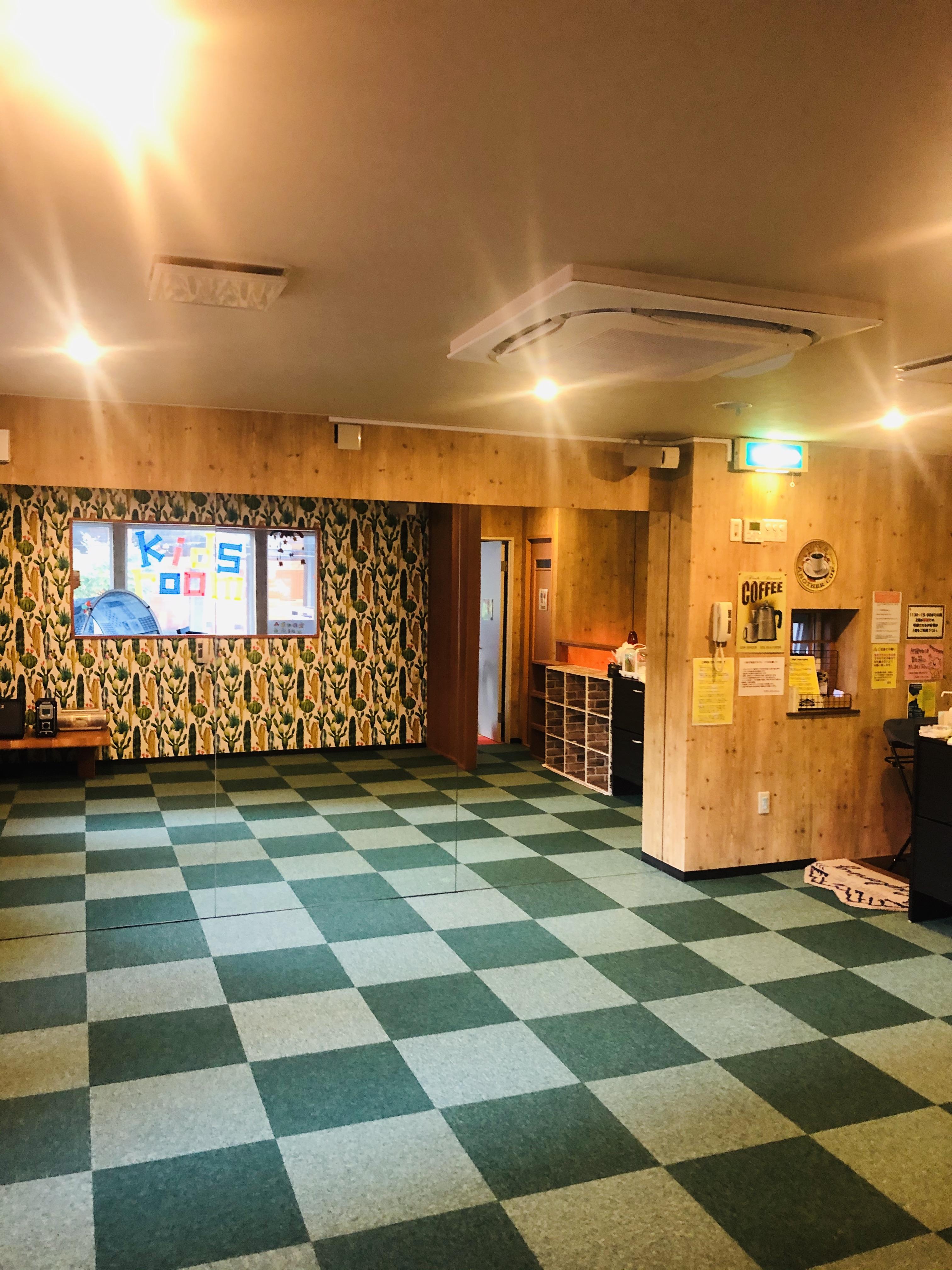 広さ20㎡。鏡大きさ2000×3660cm。ダンスやヨガのスタジオとしても♪ - Emon's chouchou イベントスペース、ダンススタジオの室内の写真