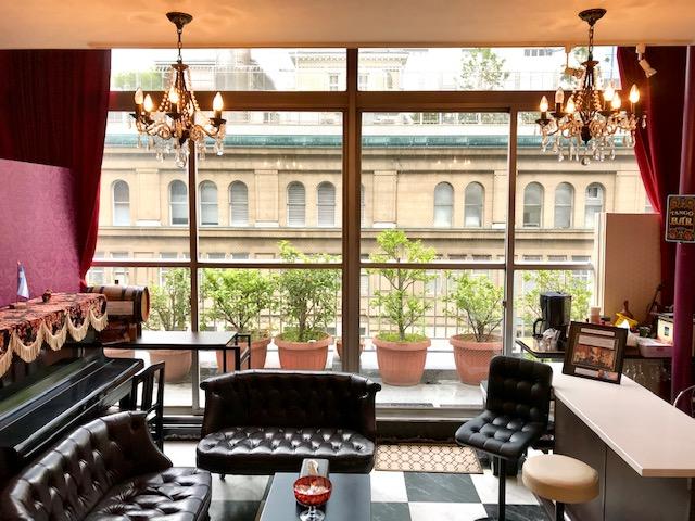 窓際のサロン。ピアノやバーカウンターがあります。 - スタジオ【タンゴソル日本橋】 タンゴソル日本橋(大)12名までの室内の写真
