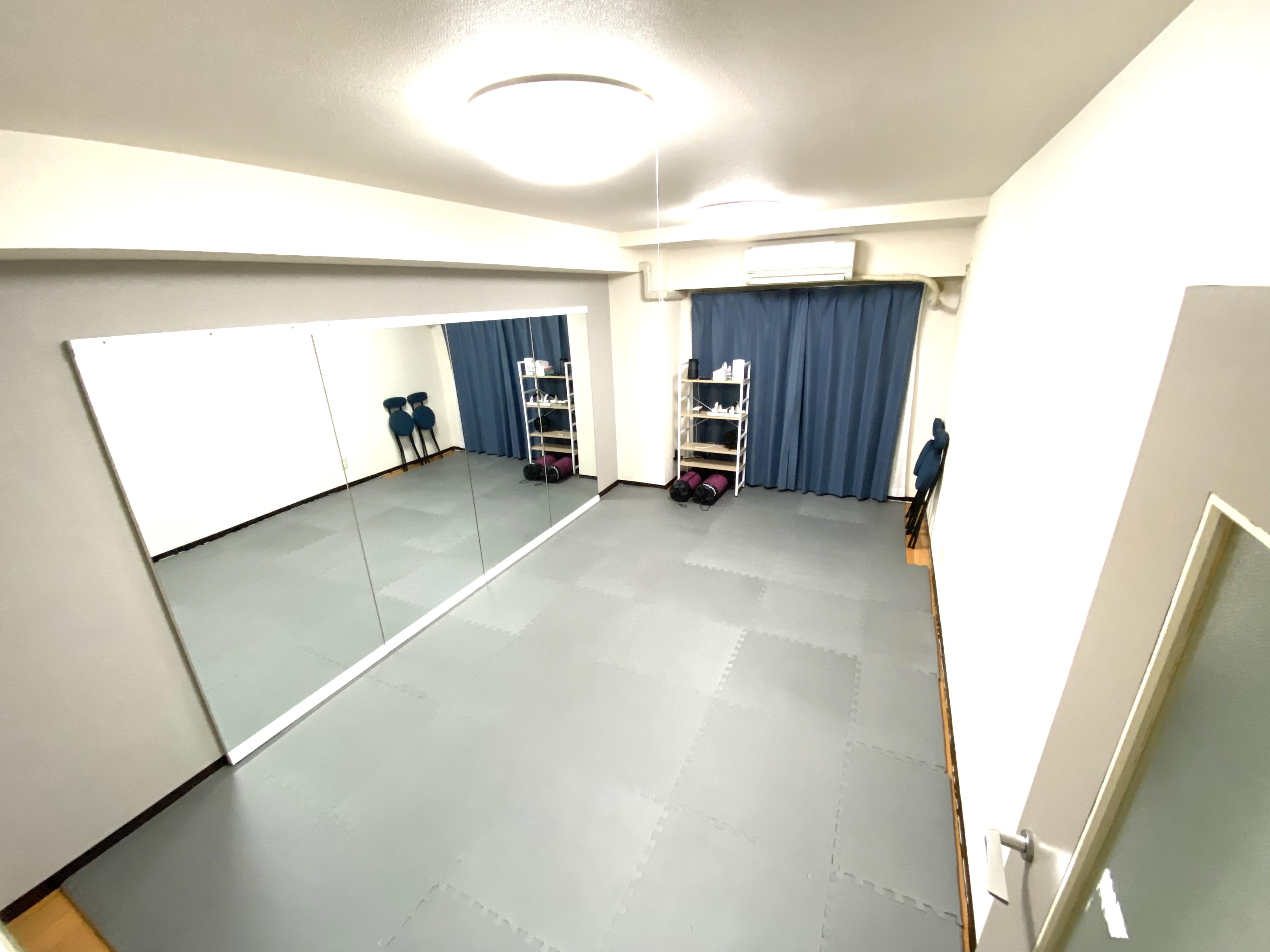 3.2×1.8mの大型ミラー/裸足or靴どちらでもOK - ダンススタジオ 学生応援【格安】ダンススタジオの室内の写真