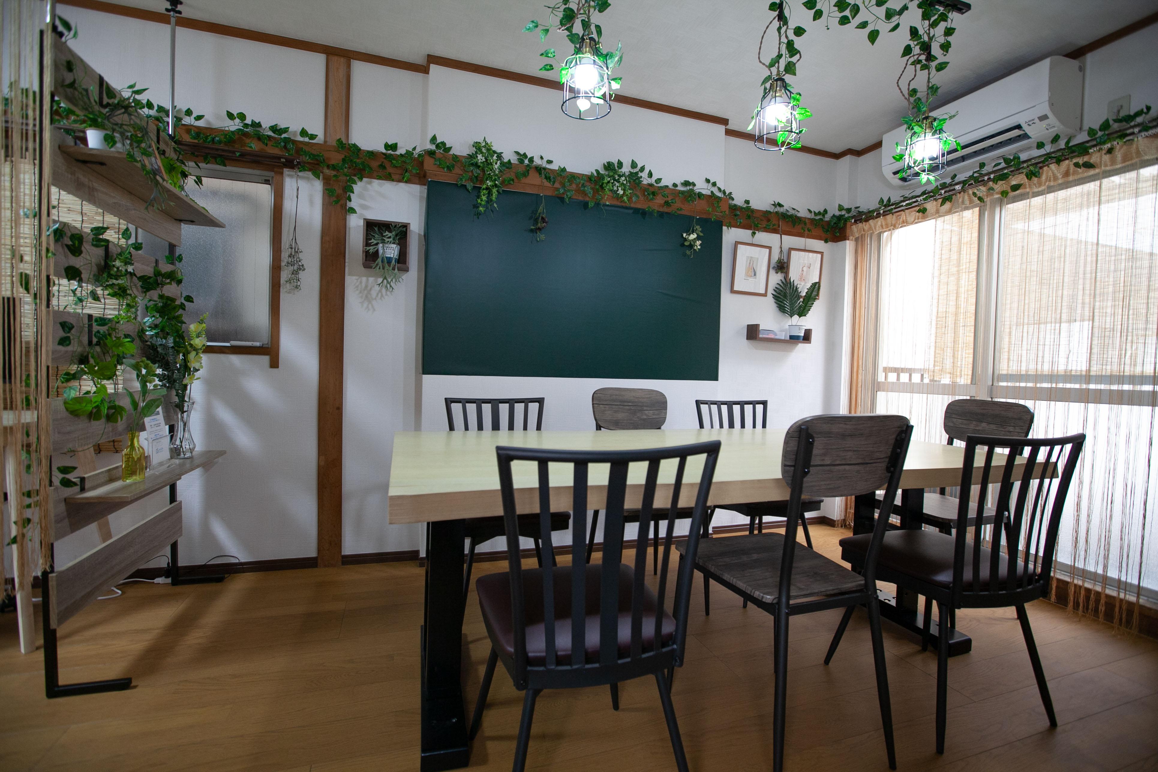 ●2階ナチュラルカフェ 古民家の面影を残す、柱と長押。 ナチュラルな木目と緑で包 - 東京・王子「アイビーカフェ王子」 2階ナチュラルカフェ/約5畳の室内の写真