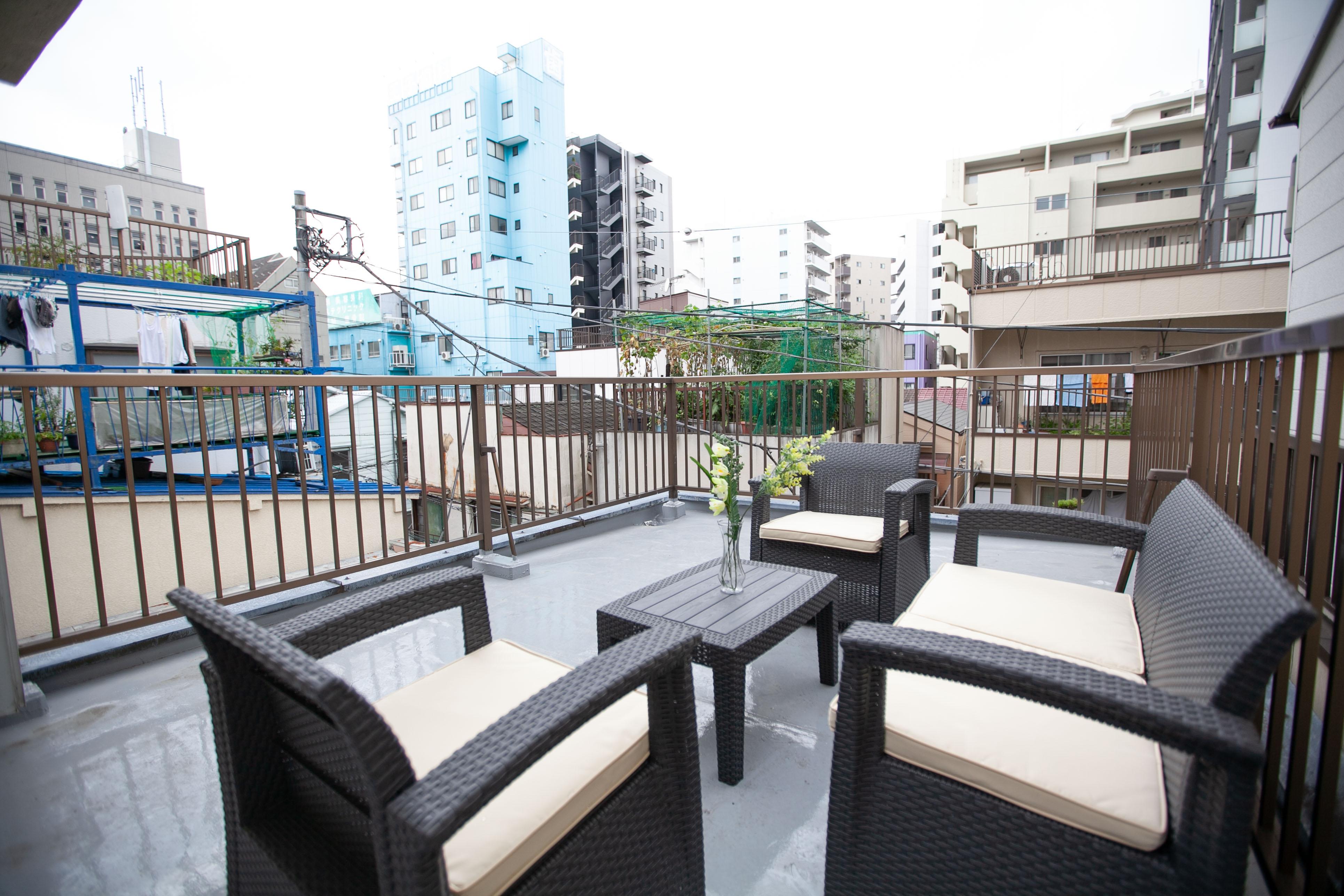 ●屋上 オープンカフェ 最大4名まで利用できるソファー&テーブルセット。 天気の - 東京・王子「アイビーカフェ王子」 屋上オープンカフェ/屋外約10畳の室内の写真