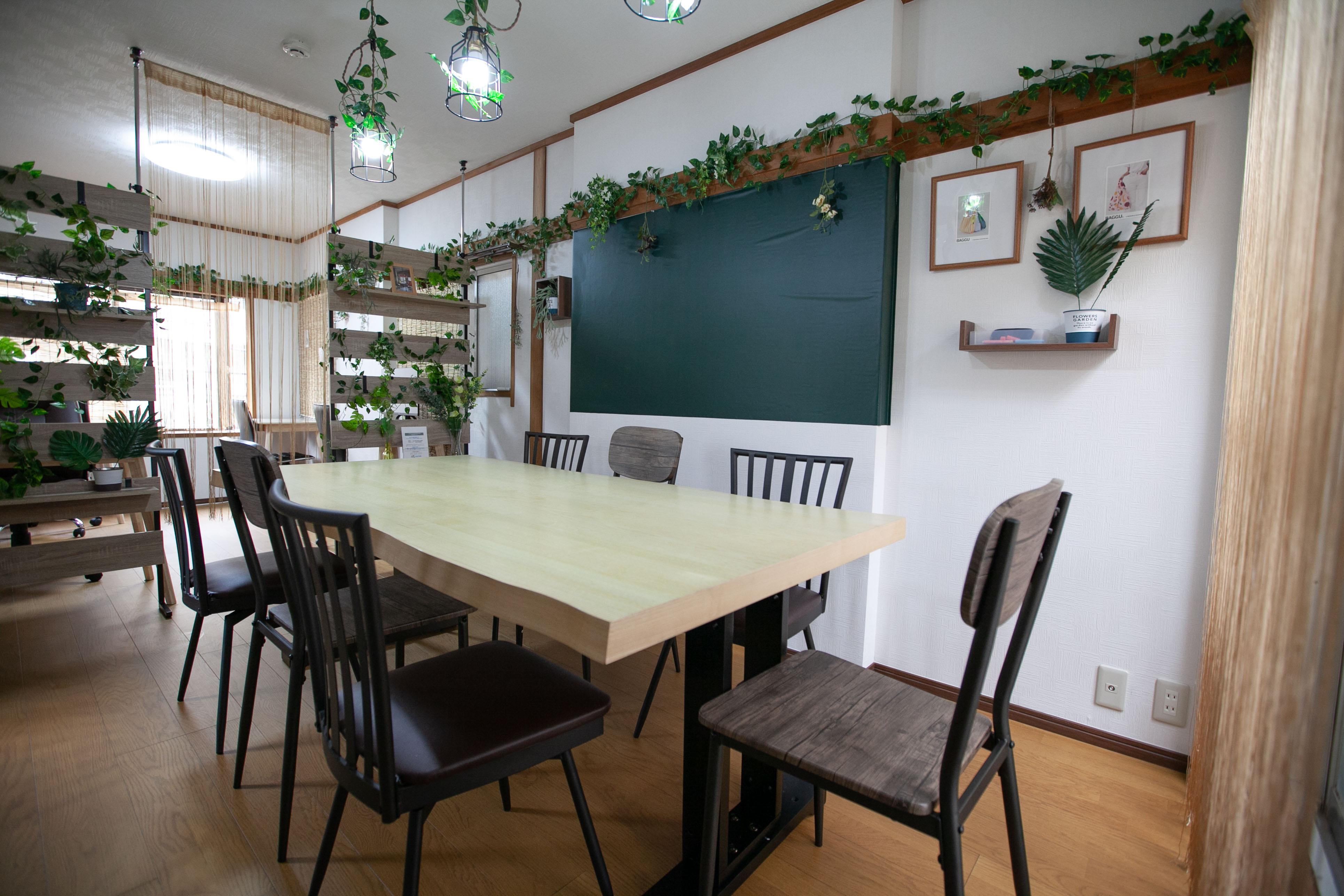 ●2階ナチュラルカフェ 古民家の面影を残す、柱と長押。 ナチュラルな木目と緑で包 - 東京・王子「アイビーカフェ王子」 一軒まるごと利用/90㎡・20名の室内の写真