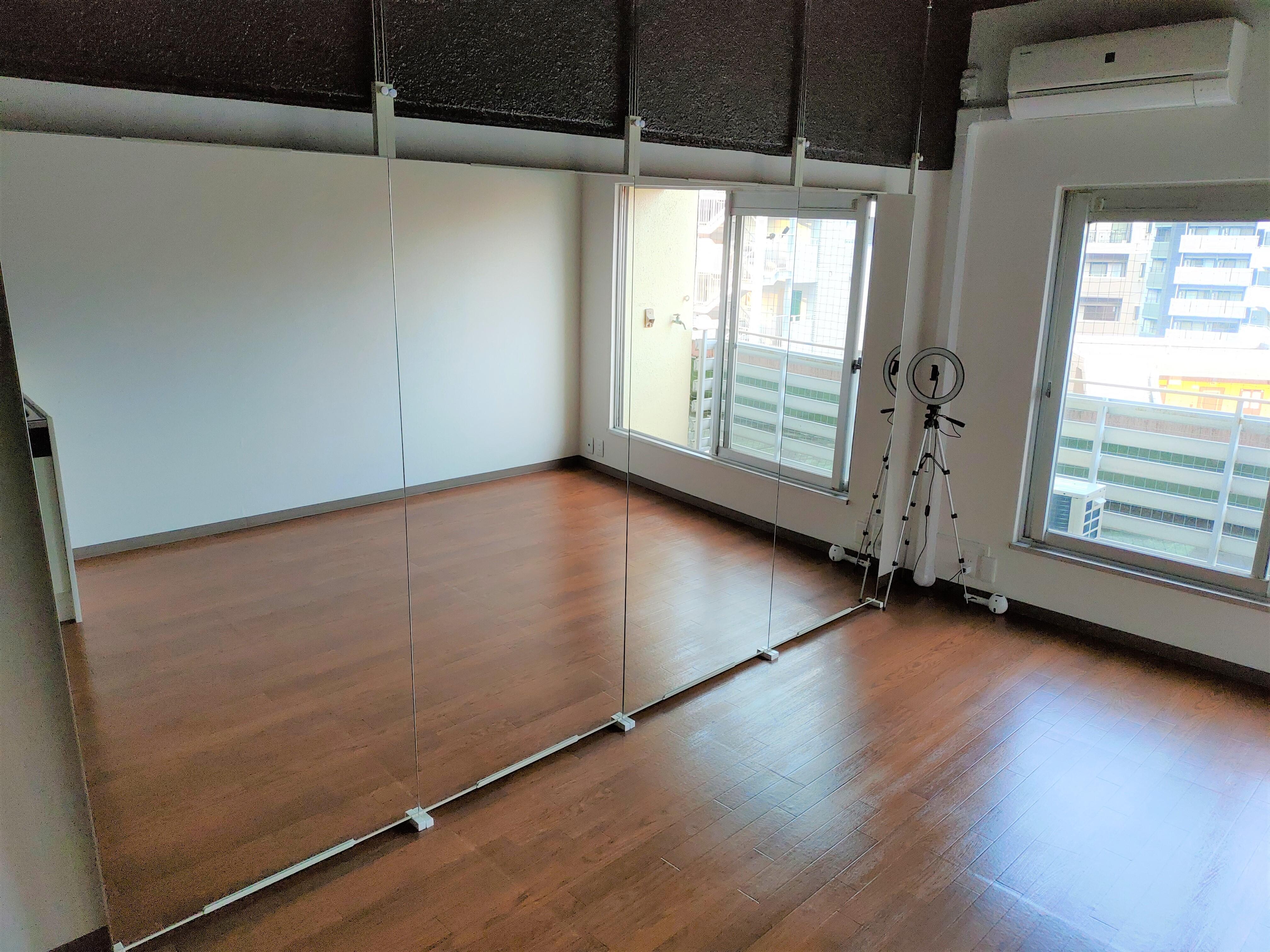 室内の写真です。全身鏡がお出迎えします。 - ひのまるスタジオ天神 大丸前多目的レンタルスタジオの室内の写真