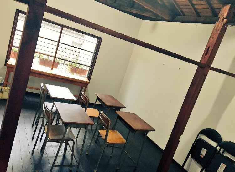 懐かしい学校の机が4セットと黒のベーシックな机セットが4セットございます - ARAHIRES gallery レンタルスペースの室内の写真