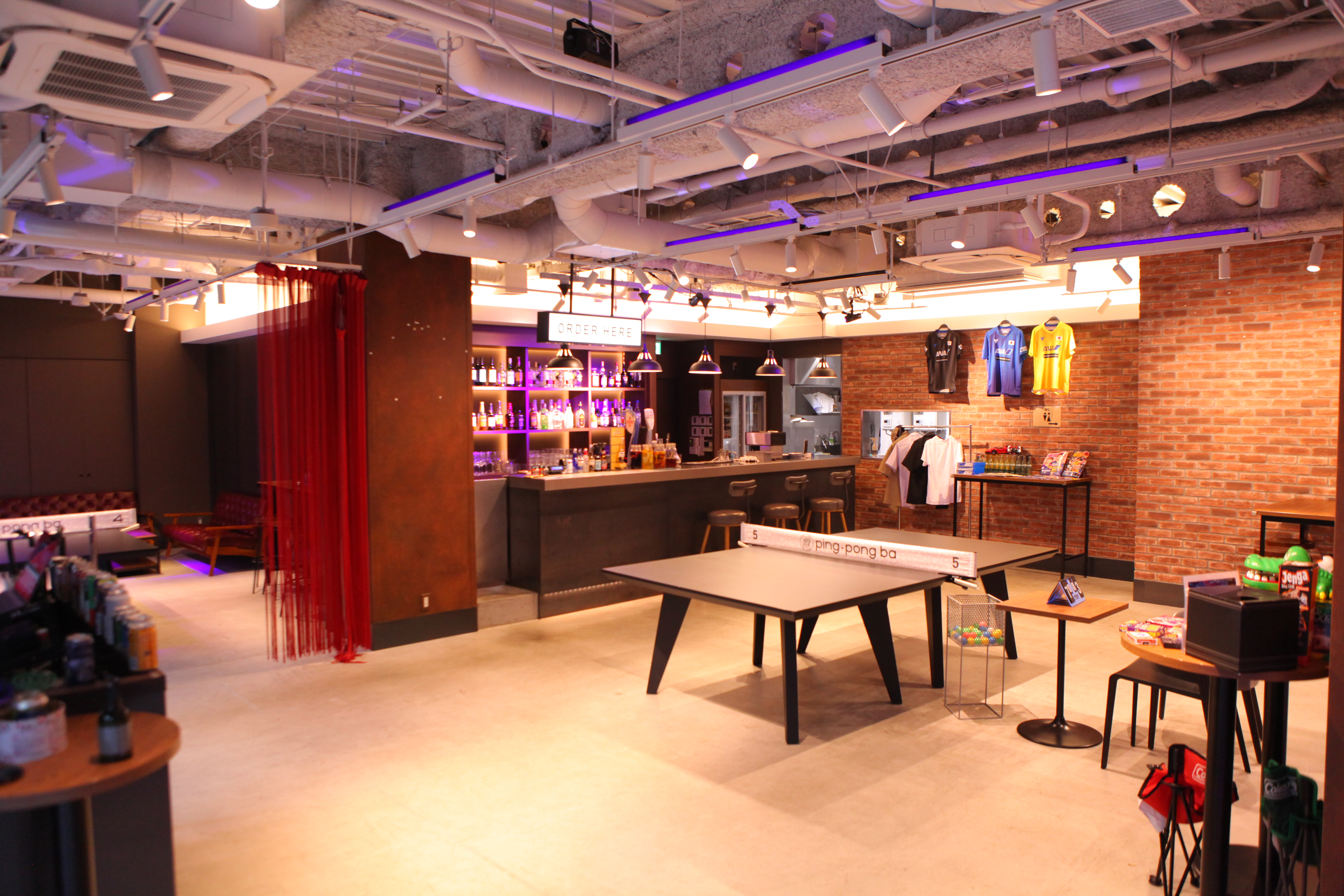 ba 01 多目的スペースの室内の写真