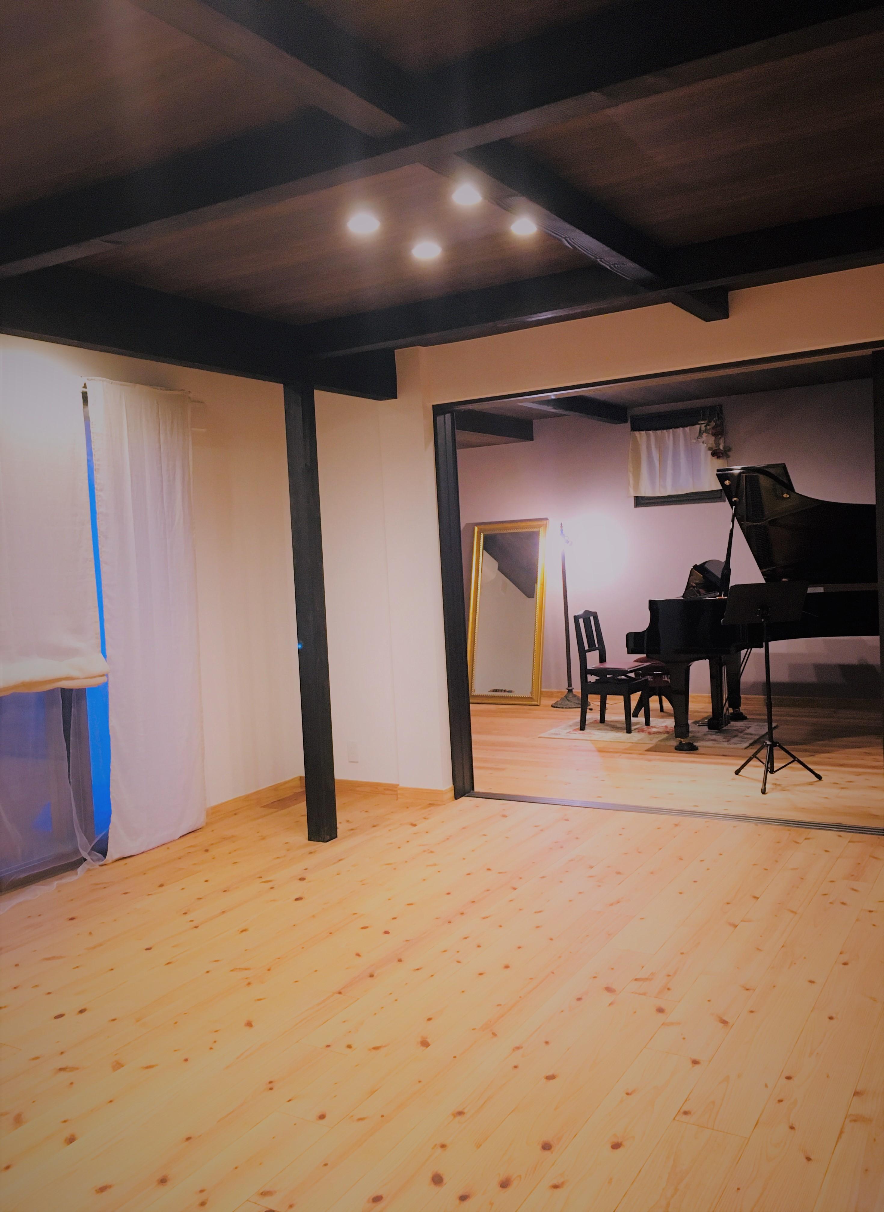 サロンとピアノ室の仕切りを開けると29畳の防音室です。 - 小坪ピアノ室 ピアノ室・サロン(4名様まで)の室内の写真