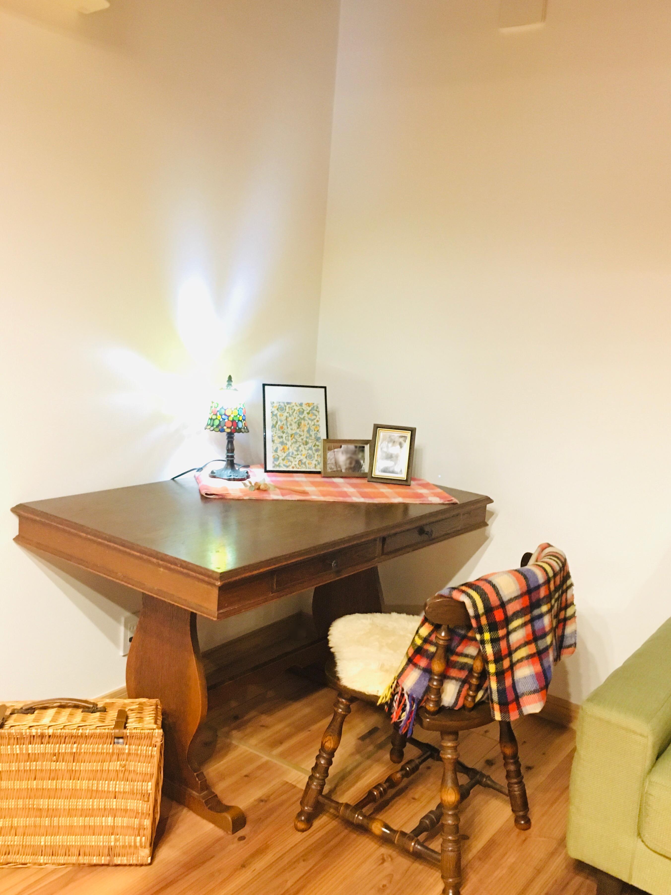 勉強、書き物作業等にお使いいただける机とイスがあります。 - 小坪ピアノ室 ピアノ室・サロン(4名様まで)の室内の写真