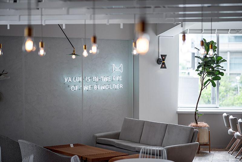 ソファスペースには、HOLDERのロゴとキャッチコピーのサインが輝きます。 - HOLDER roppongi  ラウンジスペースの室内の写真