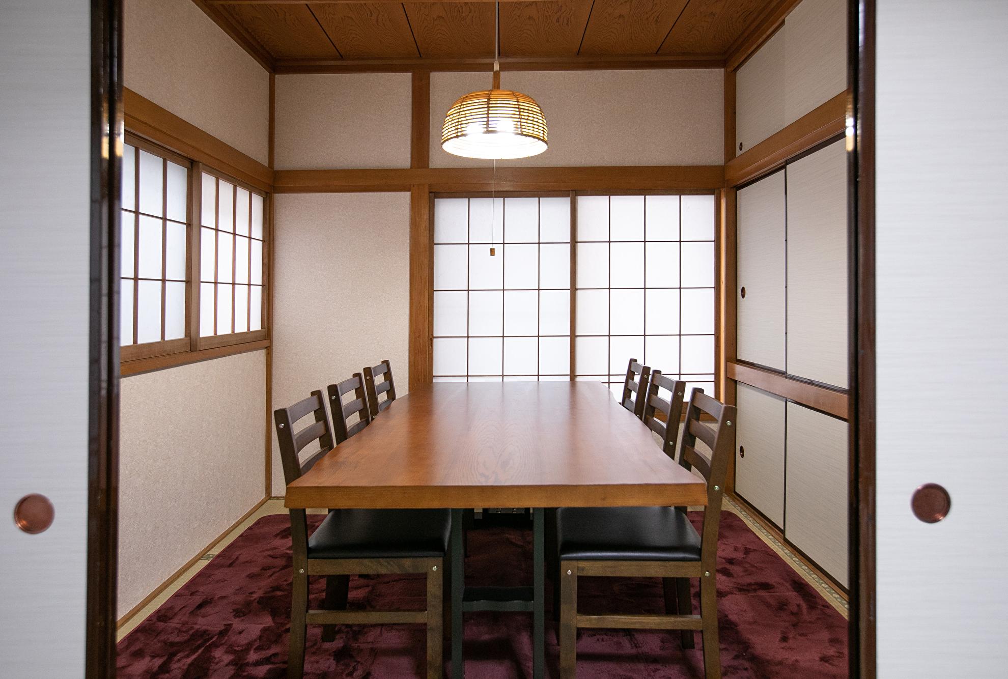 2階個室/4.5畳・~6名 - 東京・大島「アイビーカフェ大島」 1階テーブル席/約4.5畳の室内の写真