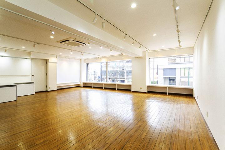 大きな窓と清潔感溢れる真っ白な壁が広がります。 - レンタルスペース「工房33」 ギャラリー&レンタルスペースの室内の写真