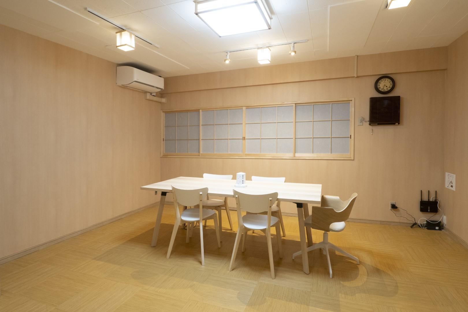 補助椅子を使えば12人まで利用可能です - レンタルルーム 馬車道茶会室 会議室 瞑想 テレワークの室内の写真