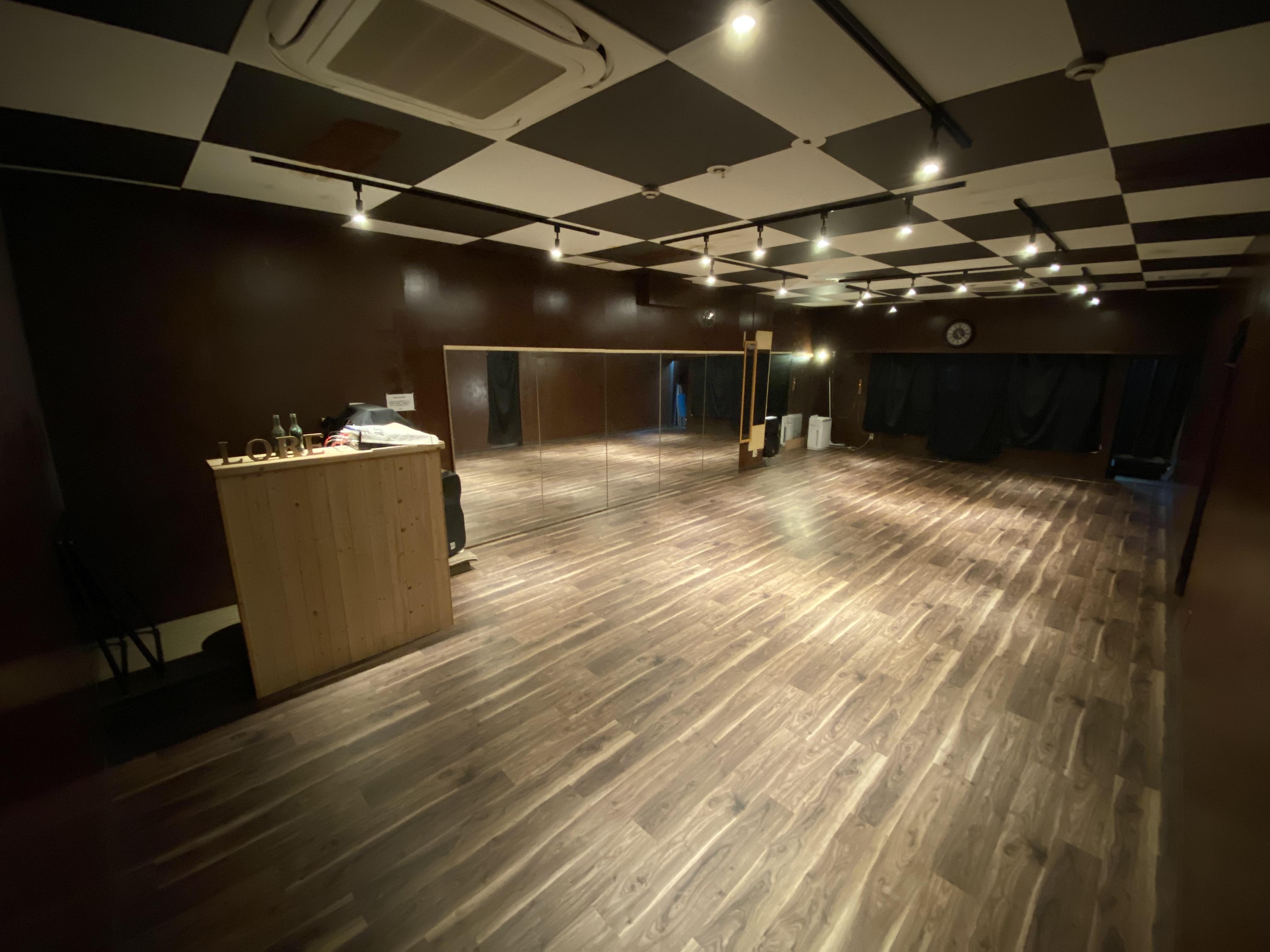 床も体に負担のかかりにくい優しい作りになっております。 - DANCESTUDIOLoRe ダンススタジオロア1スタジオの室内の写真