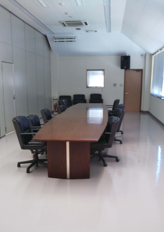 小会議室(ロの字) 机2台、椅子10脚 - 熊本電気鉄道株式会社別館 大会議室の利用の室内の写真