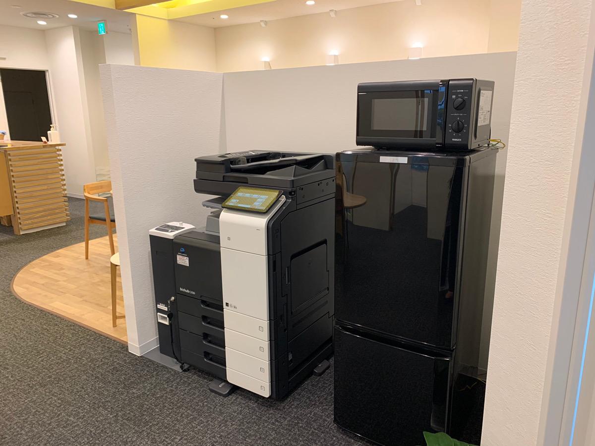 コピー機(モノクロ・カラー)、冷蔵庫、電子レンジ完備 - シェアオフィスURL 個室(グリーン)の設備の写真