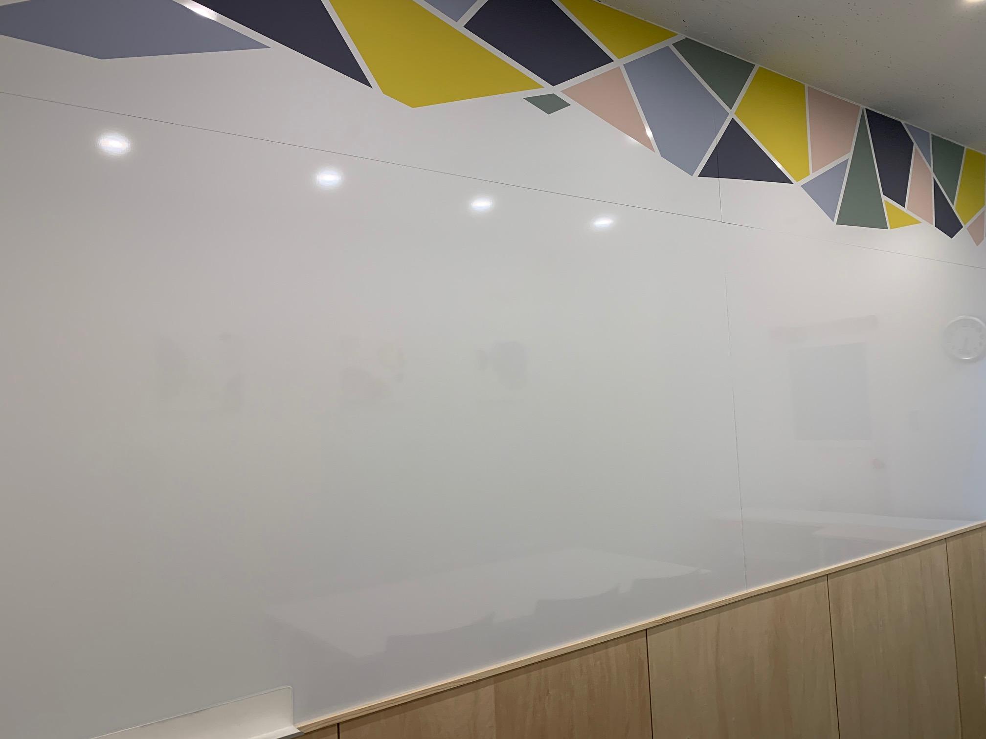 大きなホワイトボードの壁が特徴です。 - シェアオフィスURL 個室(グリーン)の室内の写真