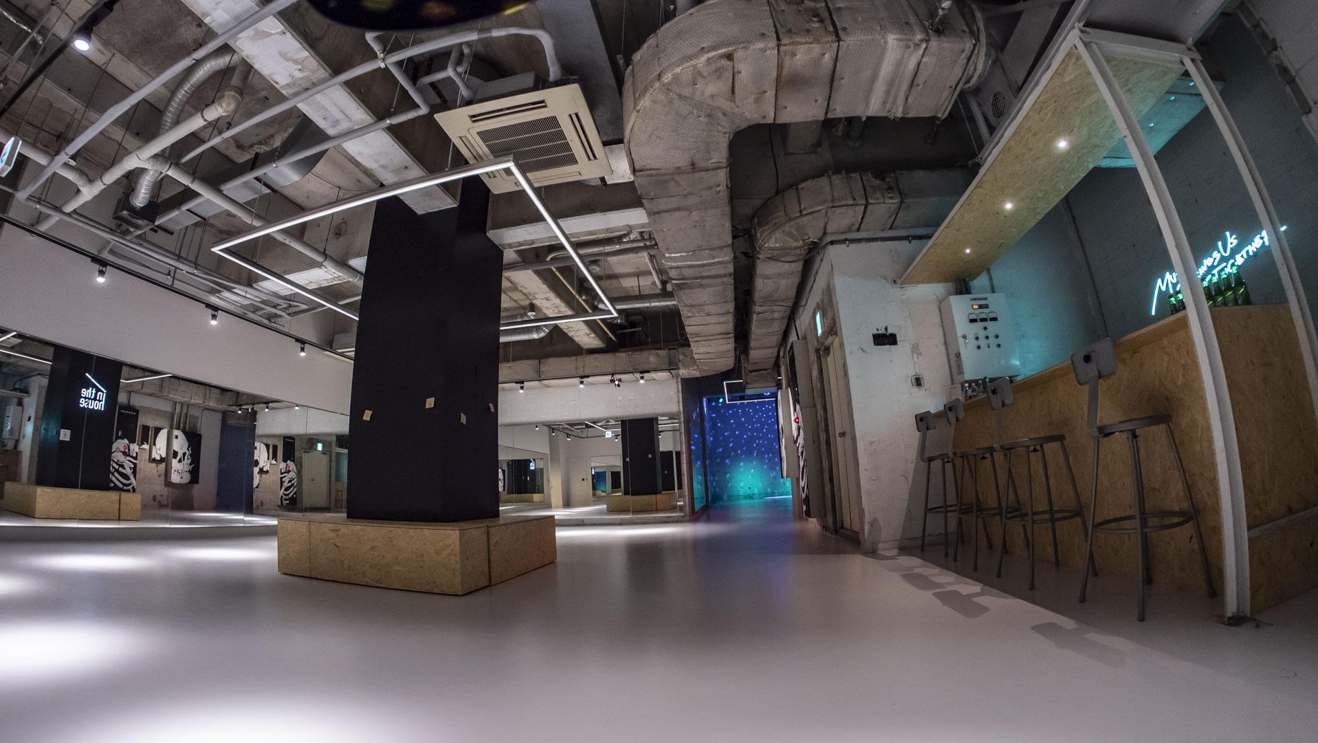 こちらのスペースはシェアスペースです。ご利用者さま同士、譲り合ってご利用ください - StreetDancePark 【2】深夜PARK 20時~の室内の写真