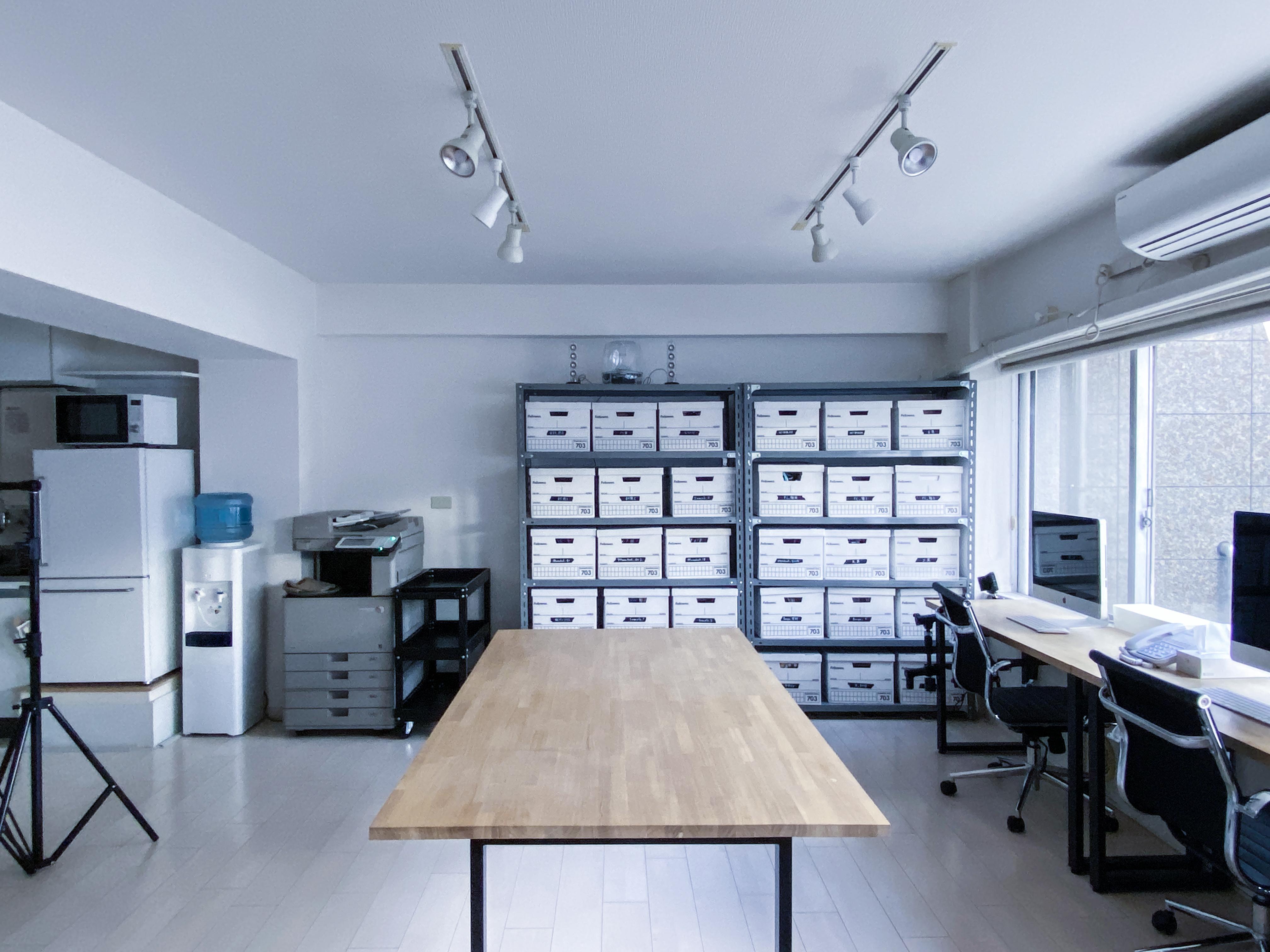 セッティング例:天板1台 - 西麻布撮影スタジオ 六本木駅近 レンタルスタジオ&ワークスペースの室内の写真