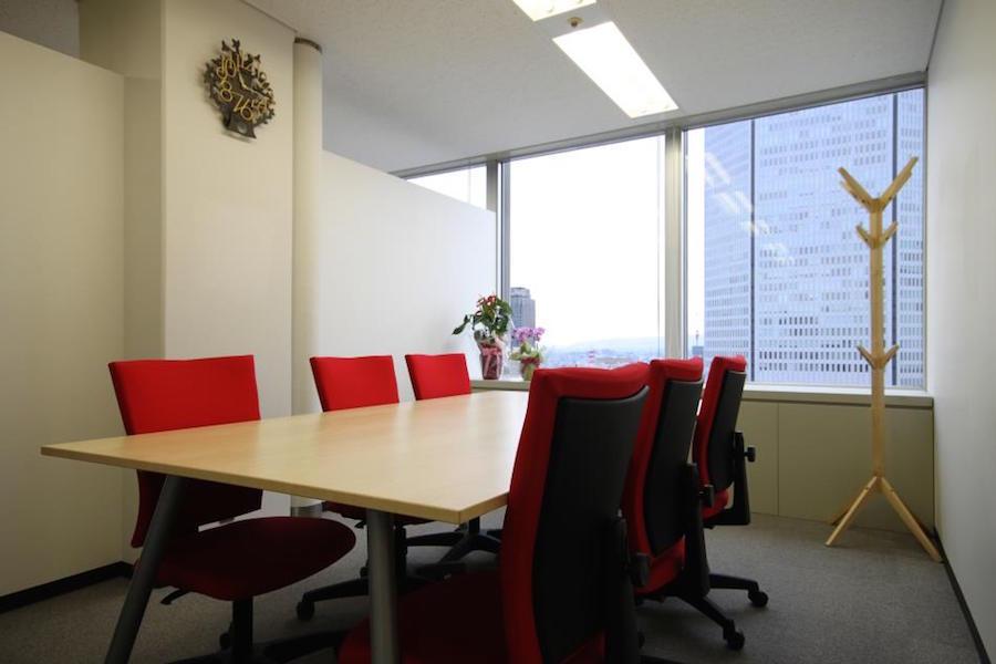 インスタント会議室 梅田「PLAY JOB」 半個室会議室A(6名用)の室内の写真