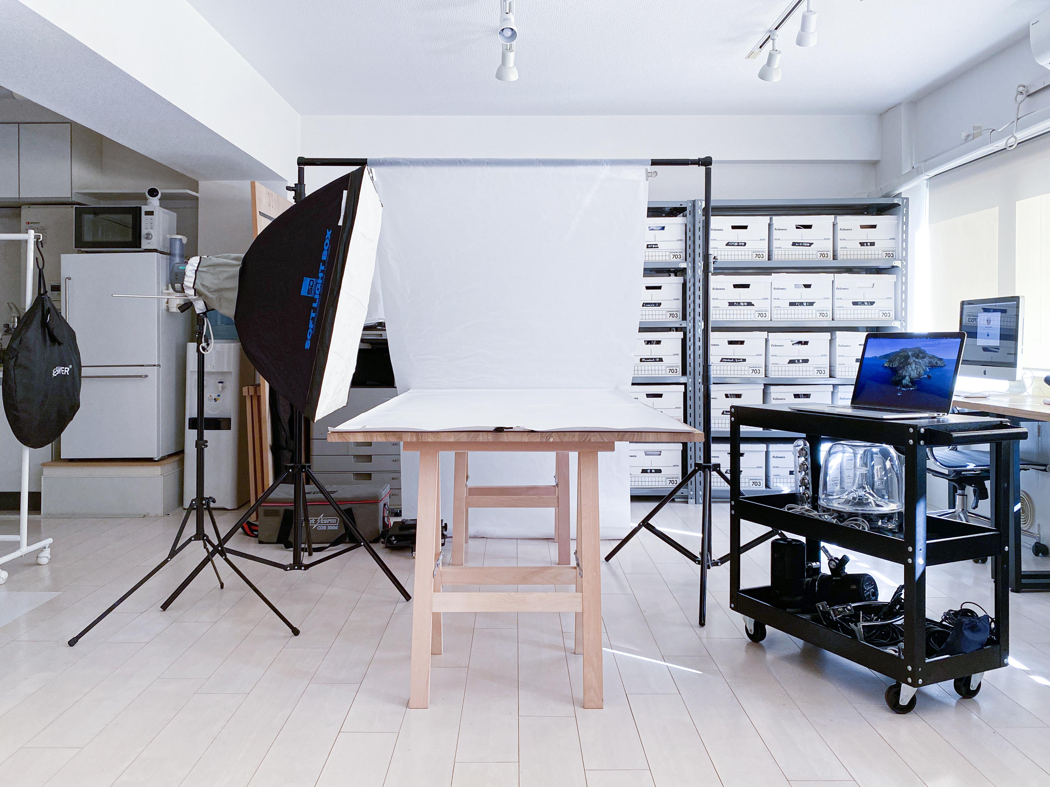 セッティング例:天板1台/商品撮影イメージ - 西麻布撮影スタジオ 六本木駅近 レンタルスタジオ&ワークスペースの室内の写真