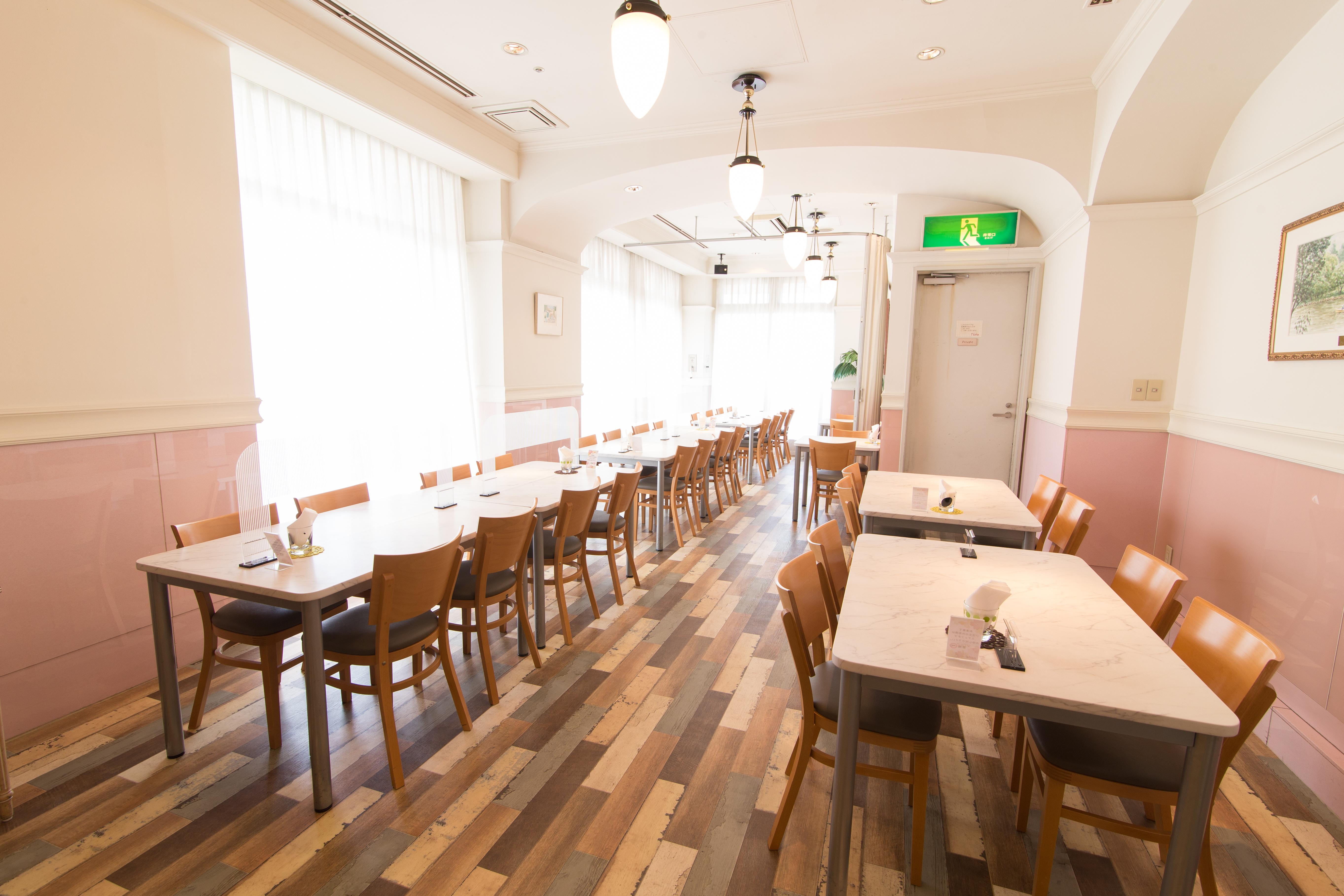 ビジネスインノルテ レストランの室内の写真