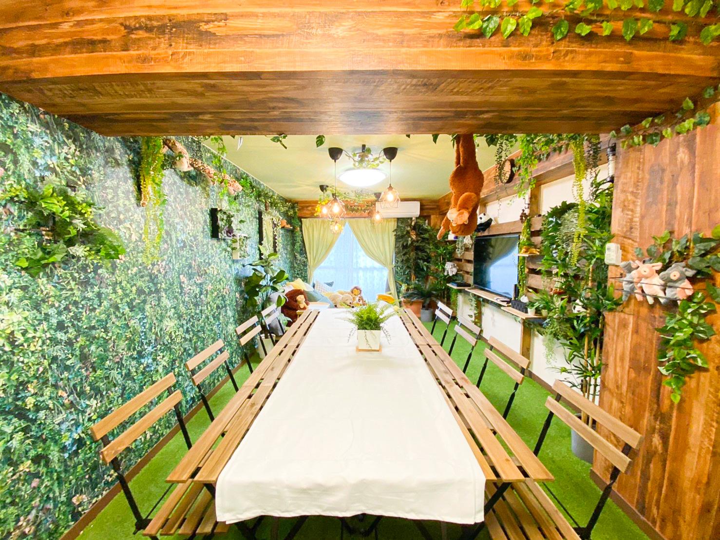 机と椅子のご用意あります。(椅子8脚) - H.R.S.O 大須ジャングル Heavenly大須ジャングルの室内の写真