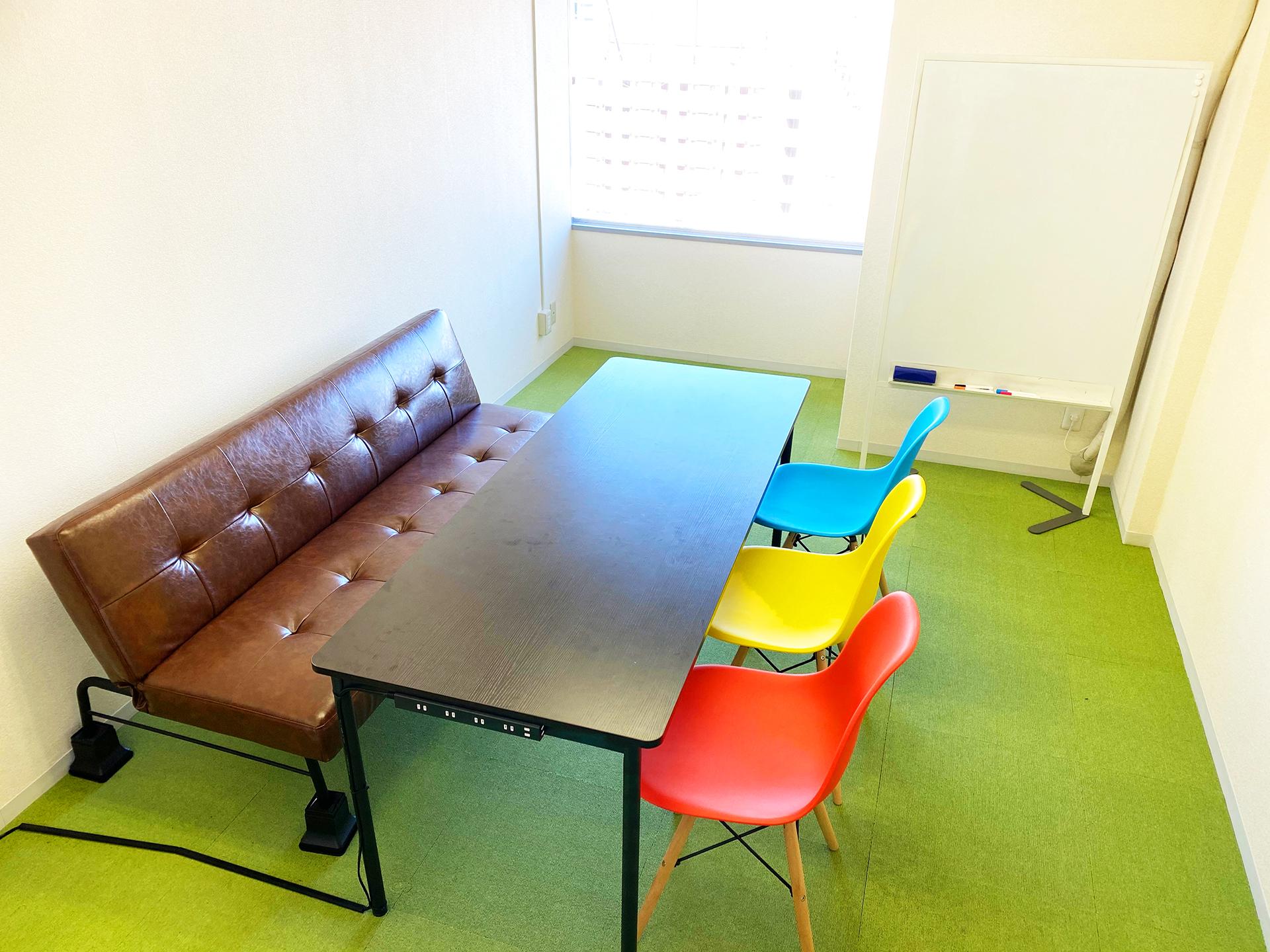 3人掛けソファーと椅子3脚 - アップスペース渋谷道玄坂 📌レンタルスペース📌貸会議室の室内の写真