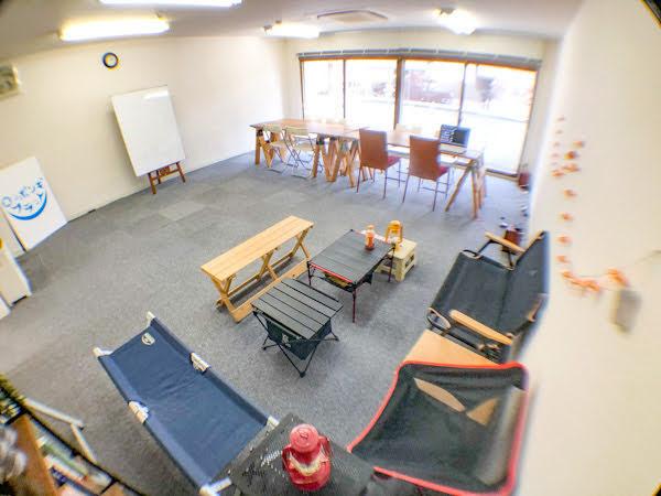 オーナーの趣味のキャンプグッズもお貸しします - ロッポンギフラット レンタルスペースの室内の写真