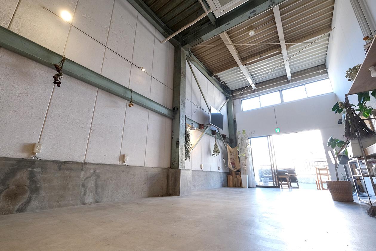 天井高4.8m。路面なので搬入もしやすいです。 - スタジオヒュッテ N4 STUDIO 1Fの室内の写真