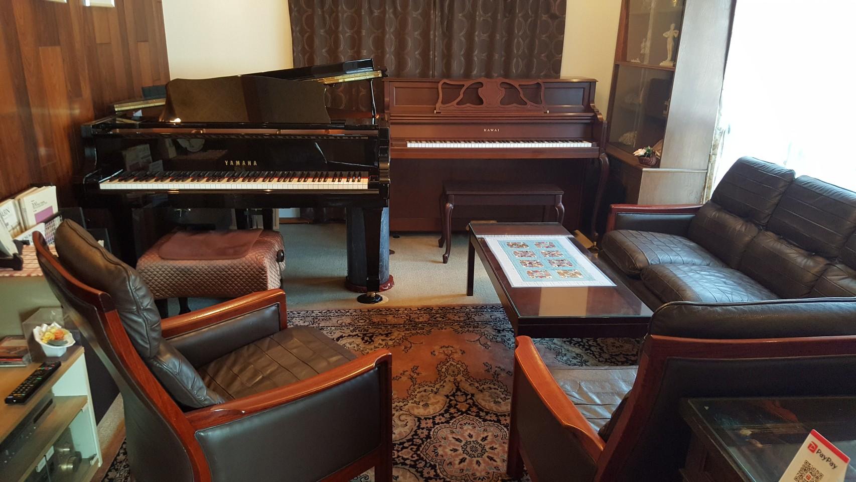 サロン内 - グランドピアノサロン 風の音 縦型ピアノ利用(2名様以内)の室内の写真