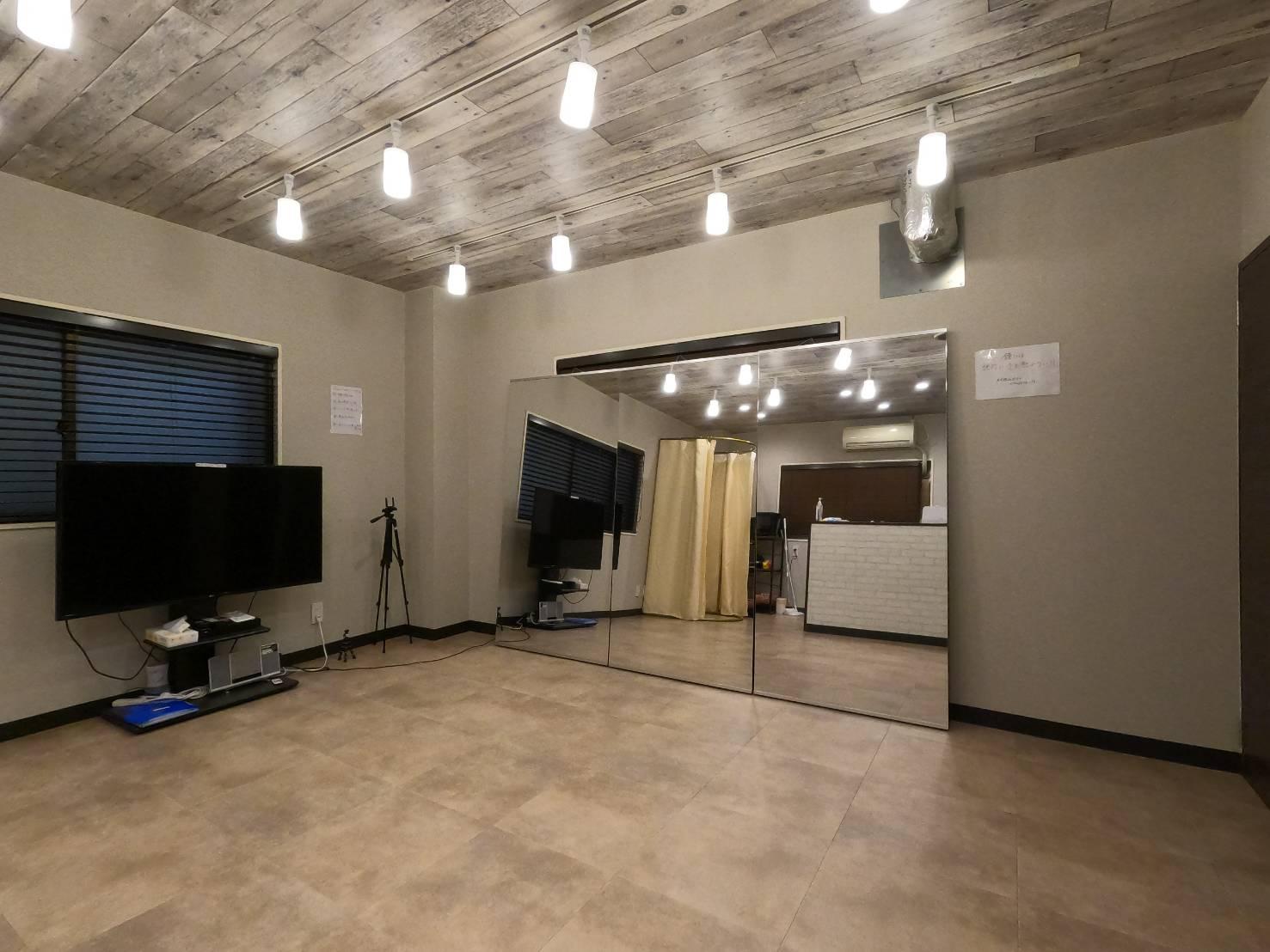 おしゃれなダウンライト付きの空間。 - レンタルスタジオ フルス ヨガなどができるレンタルスタジオの室内の写真
