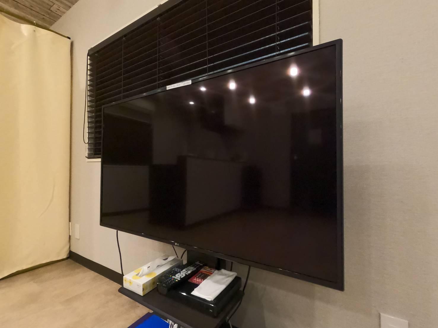 大きなTVモニターもあるので、映像を見ながらエクササイズできます。 - レンタルスタジオ フルス ヨガなどができるレンタルスタジオの室内の写真