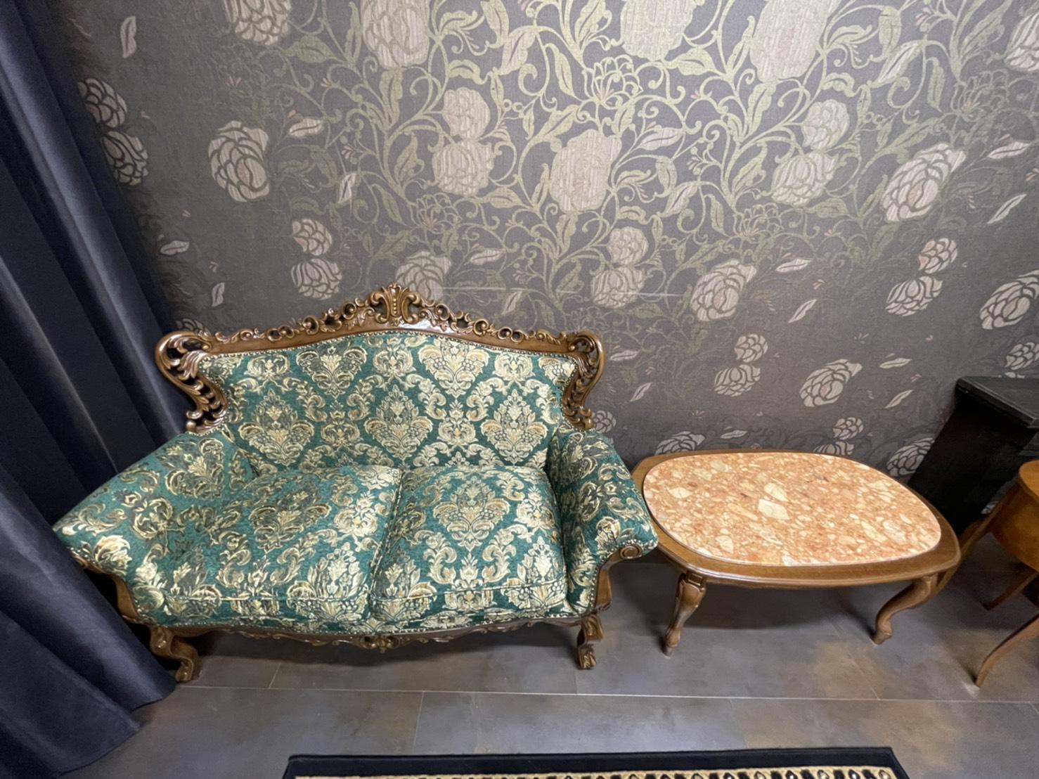 無料レンタル品の豪華なソファー - ココスタジオ 黒・グレー2種類の撮影ルームの室内の写真