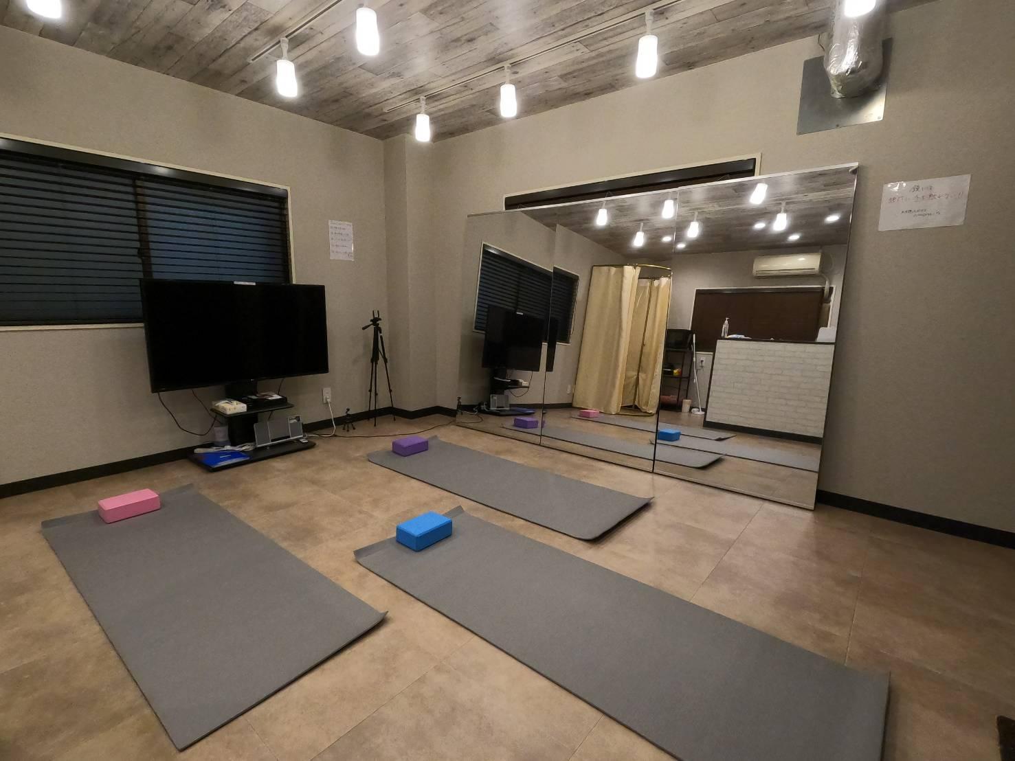 ヨガマットやヨガブロックも無料で使える! - レンタルスタジオ フルス ヨガなどができるレンタルスタジオの室内の写真