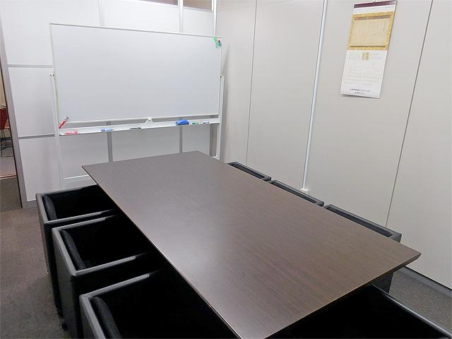 新宿ミーティングルーム スペースA 6名用会議室の室内の写真