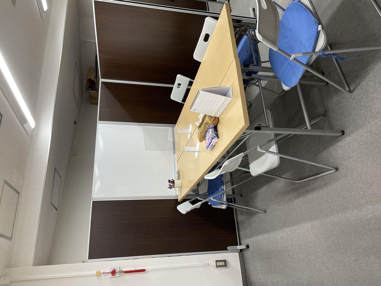 四人掛けですが、なるべく2名以内でご使用ください。 - 三軒茶屋レンタルスペース「サンチャイナ」 ルーム2(第二班)の室内の写真