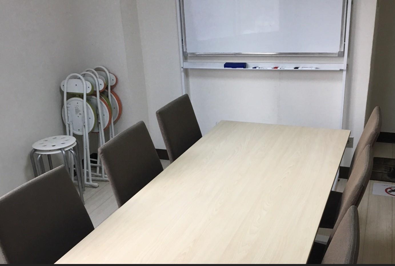 RAKUNA 新橋 会議室、レンタルスペースの室内の写真