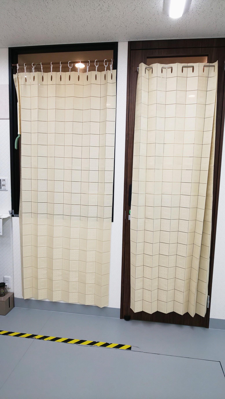 窓とドア、目かくしのためのカーテン - レンタルミニスペース フクリズム 1階 多目的スタジオの室内の写真